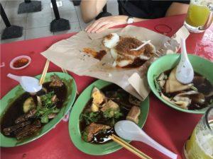 Sekalainen asetelma ruokia, mm. ankkaa. Paperin päällä takinmaisena oleva riisikakkujuttunen maistui ihan pyttipannulta.