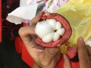 Mangostanin sisusta. En edes muista miltä tämä maistui, kun olin niin innoissani durioista.