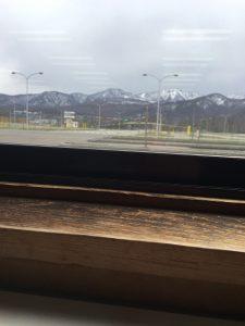 Ajoharjoittelurata Teinen ajokorttikoekeskuksessa ja ravintolan ikkunalauta.