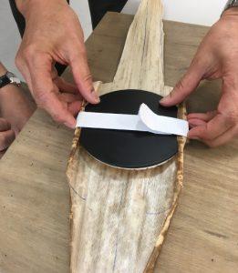Barenin valmistusta: bambunkuori sovitetaan paikalleen.
