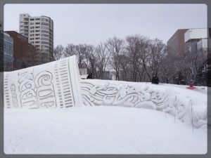 Penskat pääsivät laskemaan Cup Noodle -lumiveistokseen tehtyä liukumäkeä pitkin.