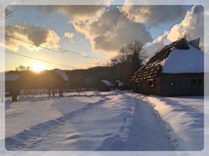 Perinteinen ainu-talo (cise) ilta-auringossa.