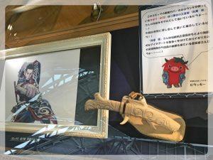 Yksityiskohta Golden kamuy -näyttelyssä. Veitsen on koristellut Tooru Kaizawa (貝沢徹) (katso alempana).