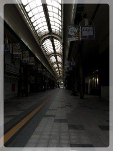 Yleensä turisteja täynnä oleva Tanukikoji oli pimeä ja hiljainen. Kun tarkasti katsoo, niin jotkut kaksi raukkaa siellä istuu penkillä ihmetelemässä, että mitäs nyt.